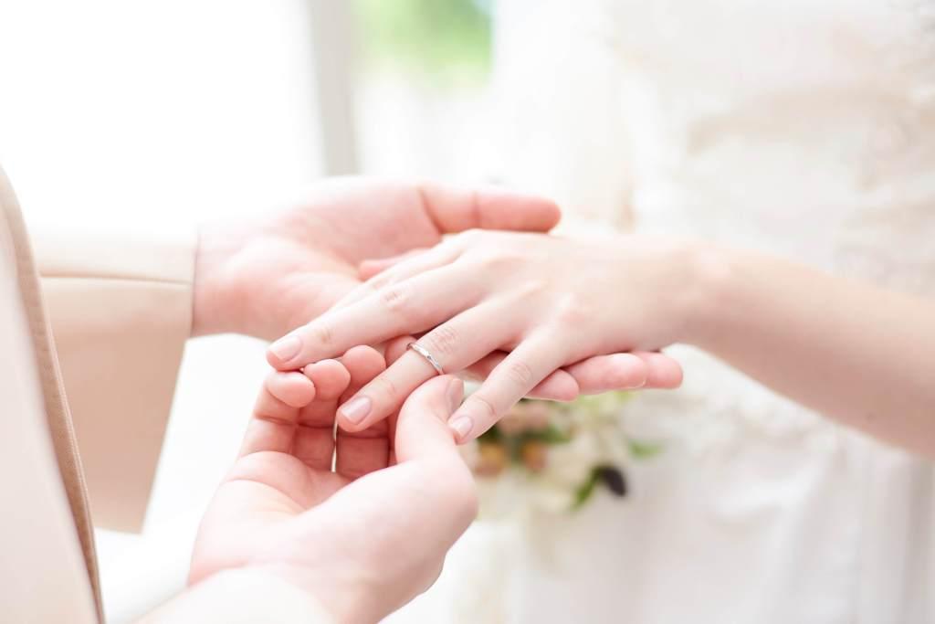 結婚指輪(手のアップ)
